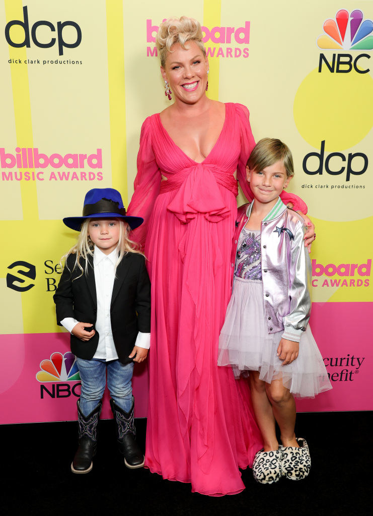 (L to R) Jameson Moon Hart, P!nk, and Willow Sage Hart pose backstage for the 2021 Billboard Music Awards