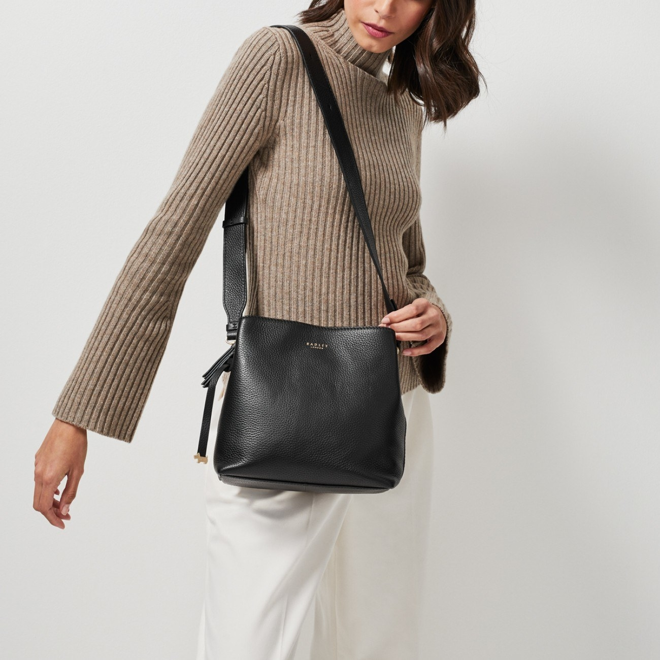 model wearing the crossbody medium-sized bag in black