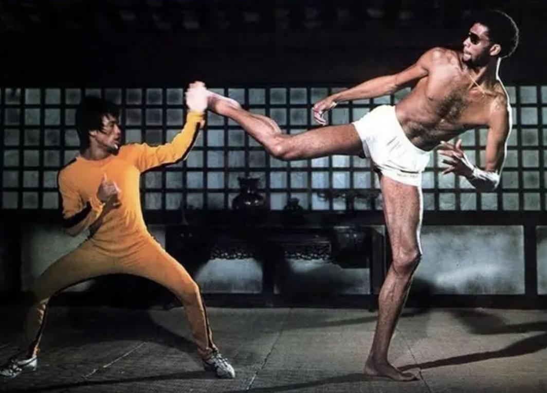 Bruce Lee fighting Kareem Abdul-Jabbar in blood sport