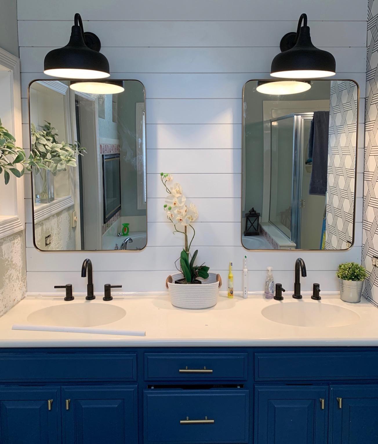两个镜子,每一个在水槽上,在浴室里
