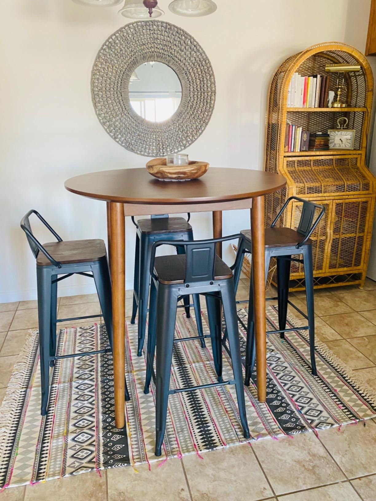 杆用金属框架凳,背部围绕圆形桌子