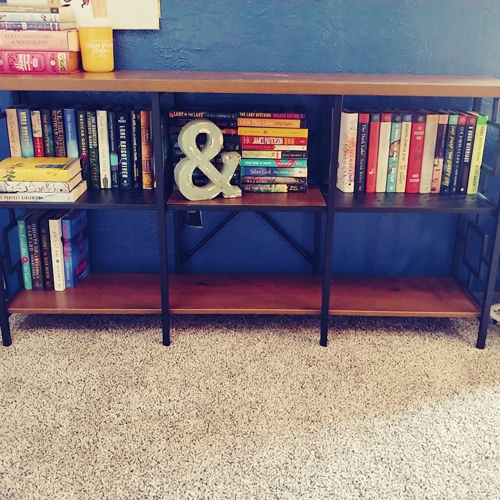 控制台表与六个开放式架子,其中几个装满了书籍