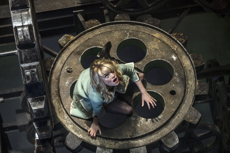 艾玛·斯通在一个巨大的齿轮上