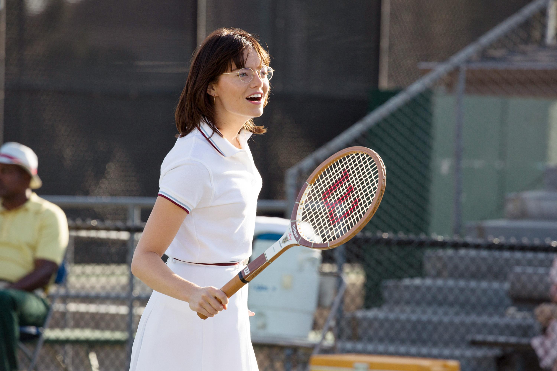 艾玛·斯通拿着网球拍