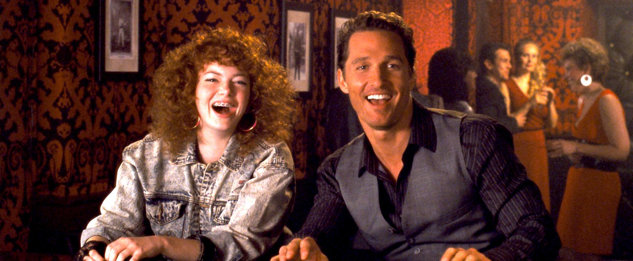 艾玛·斯通和马修·麦康纳在酒吧里大笑