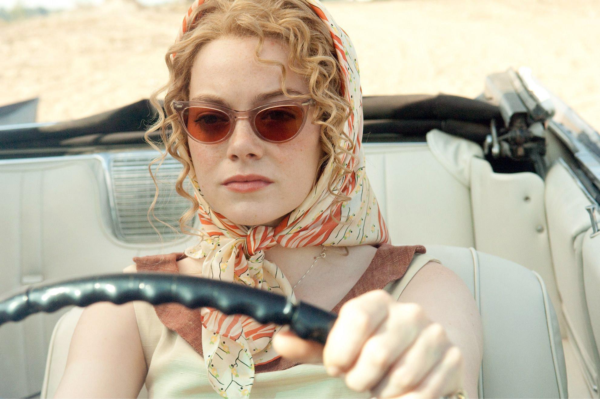 艾玛·斯通开一辆敞篷车
