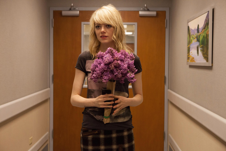 艾玛·斯通在医院里捧着鲜花