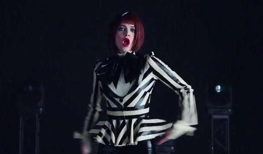艾玛·斯通在音乐录像中跳舞