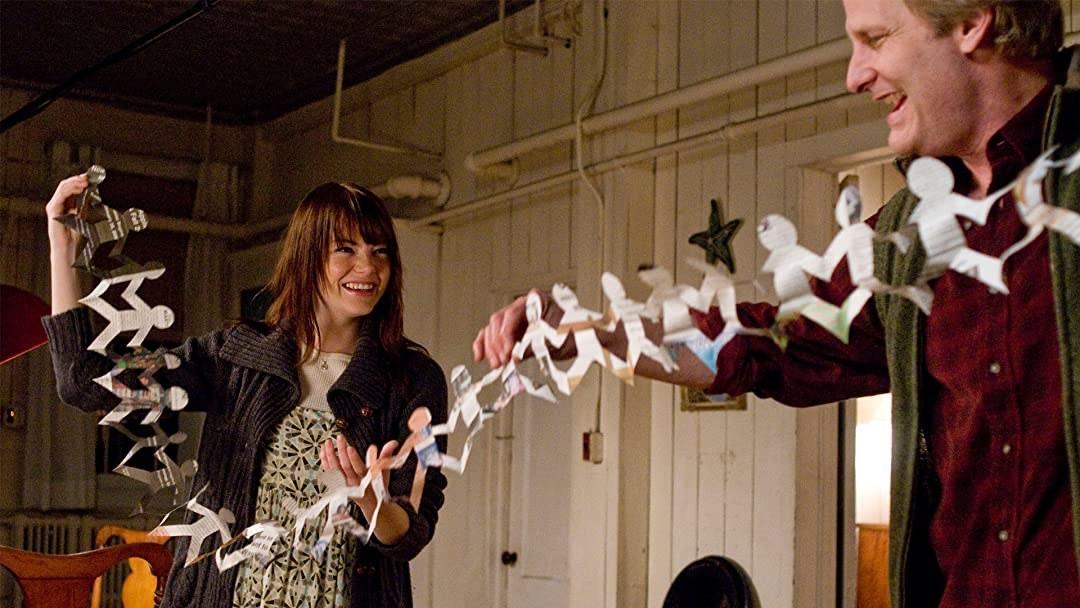 艾玛·斯通和杰夫·丹尼尔斯手上拿着一张剪贴画