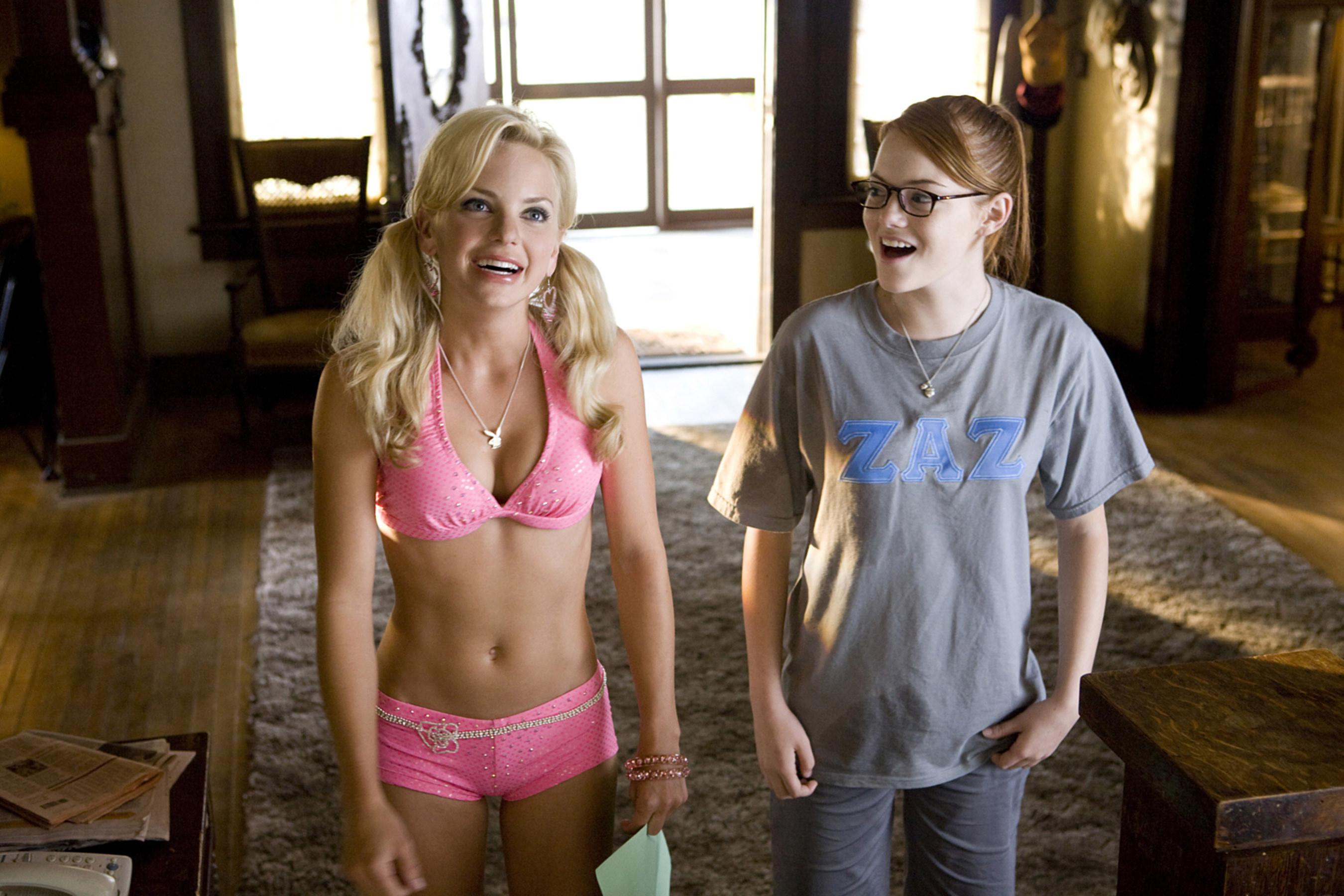 安娜·法里斯和艾玛·斯通站在一个女生联谊会的房子里