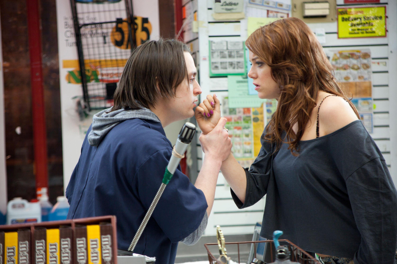 基兰·卡尔金抓住艾玛·斯通';她把手放在杂货店的登记簿上