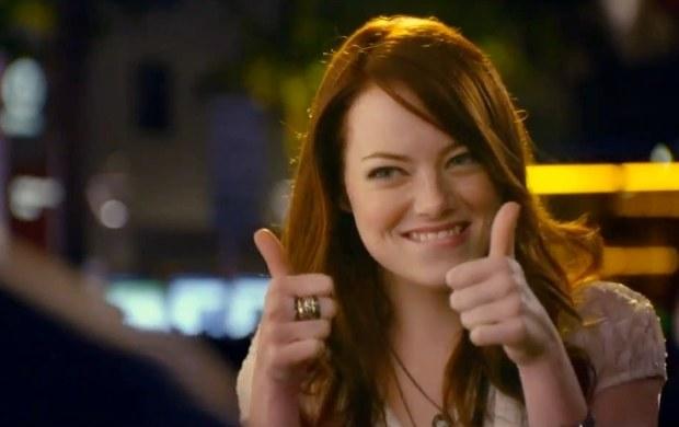 艾玛·斯通竖起大拇指