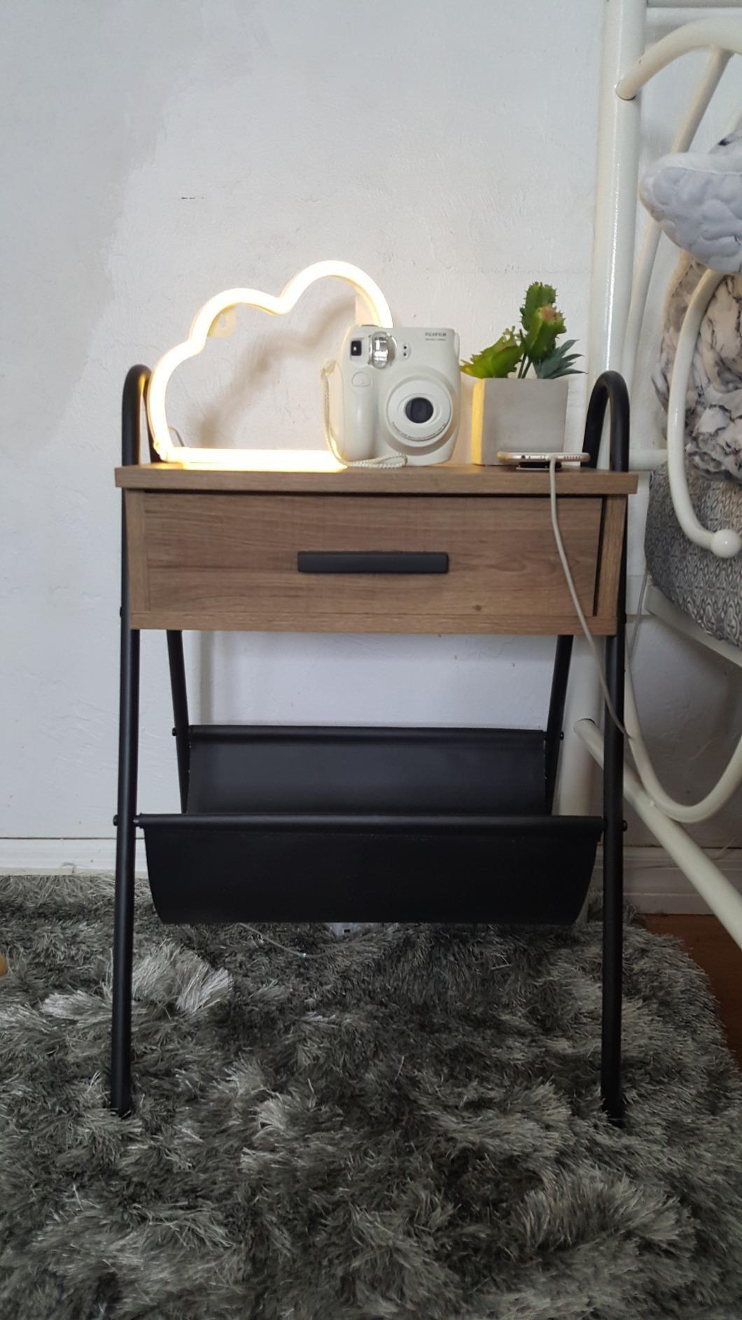 与金属框架的木桌,一个抽屉和在下面的皮革吊床