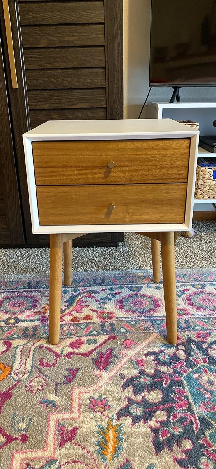 方形床头柜与四条圆形腿和三个抽屉,带圆形手柄