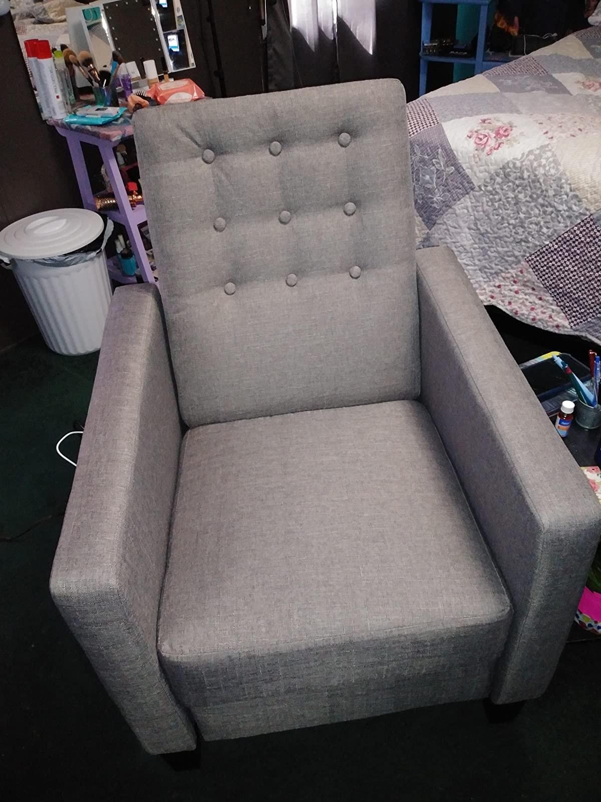 灰色的躺椅,有一个高高的簇状后背和一个正方形的形状