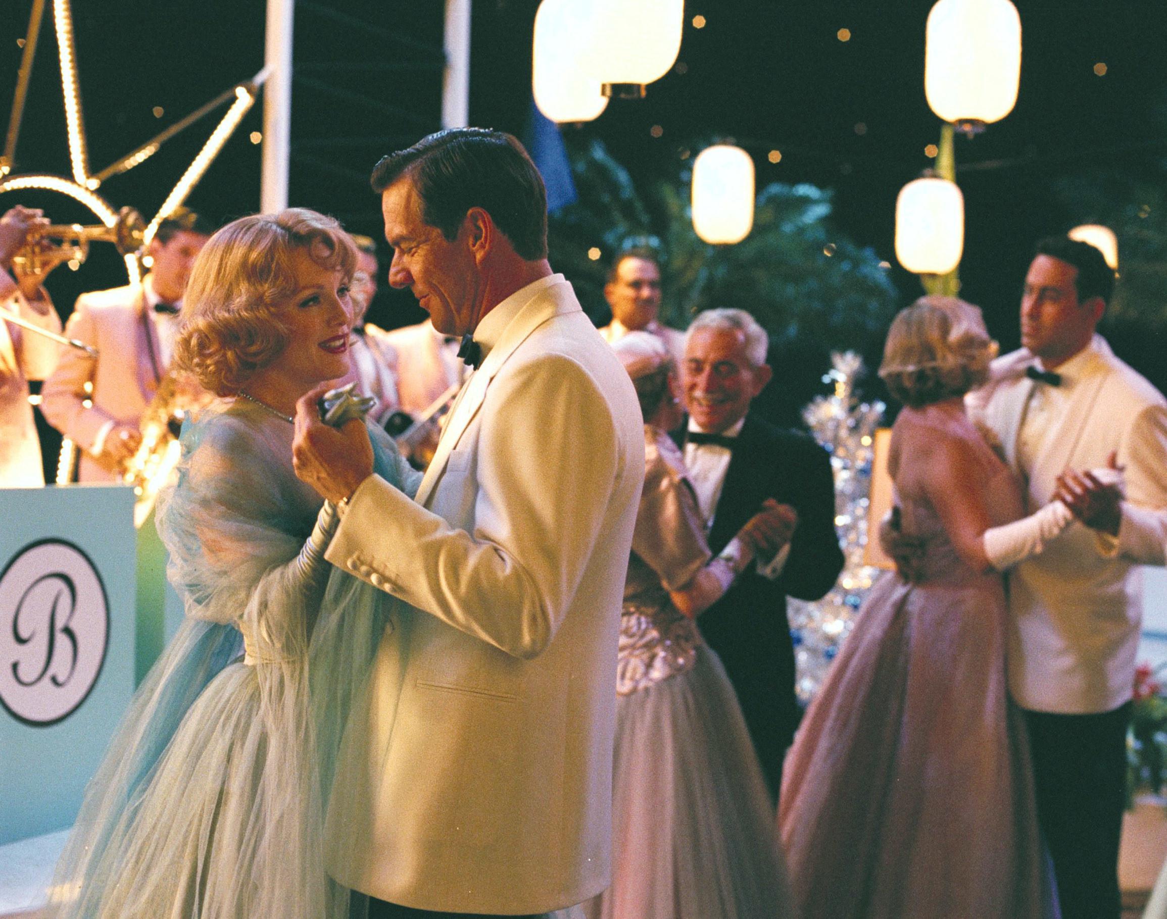 Julianne Moore and Dennis Quaid dancing
