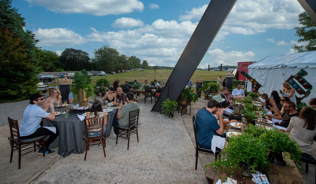 People dining maskless outdoors