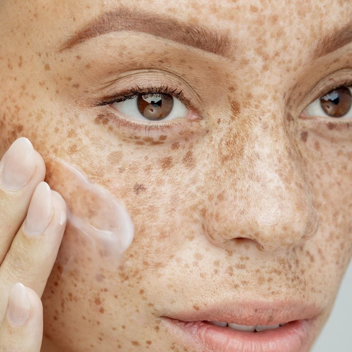 model uses hydrating moisturizer on face