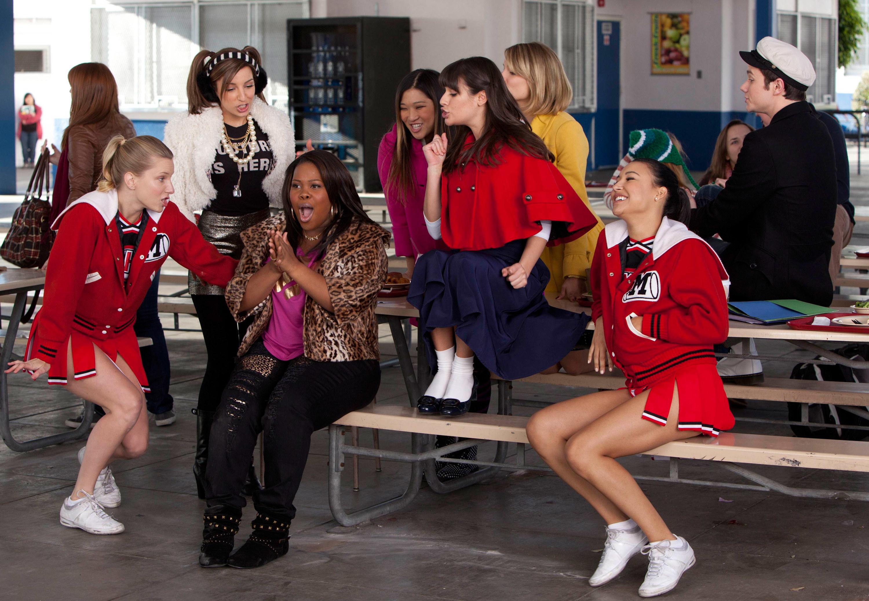 Heather, Riley, Lea, Jenna Ushkowitz, and Naya in a cafeteria scene