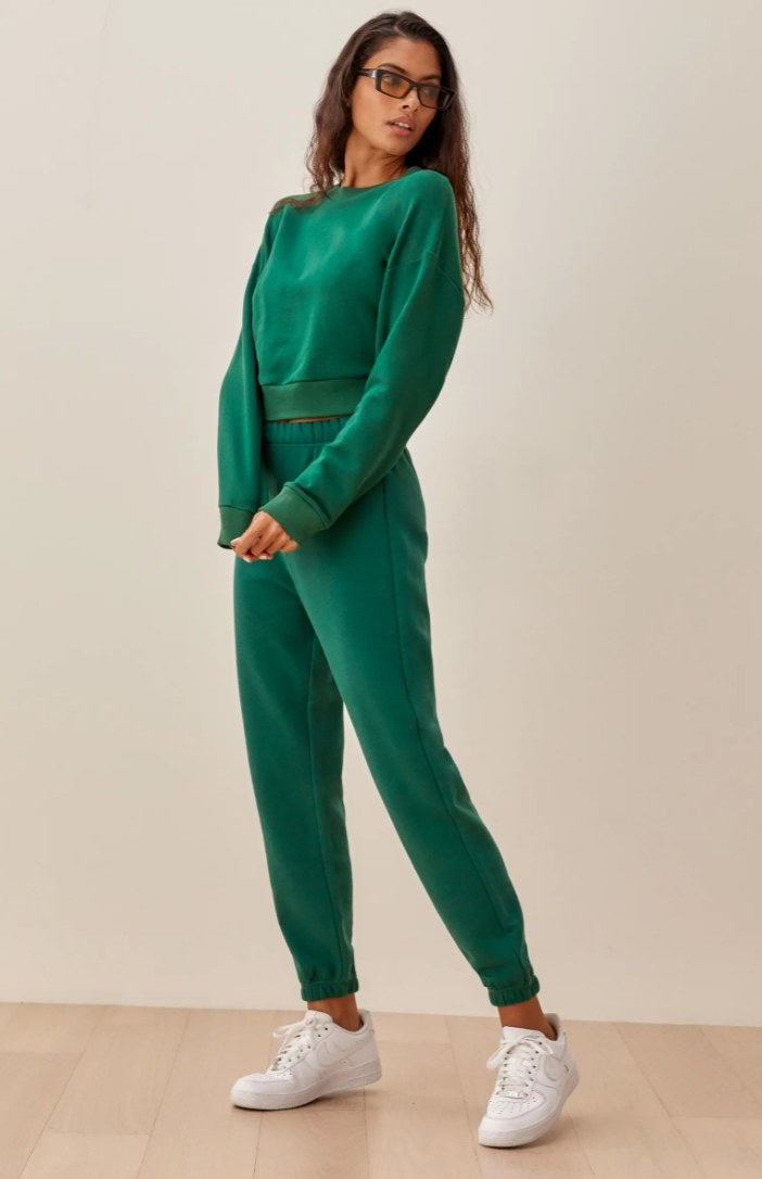 The pair of classic sweats in pine on a model