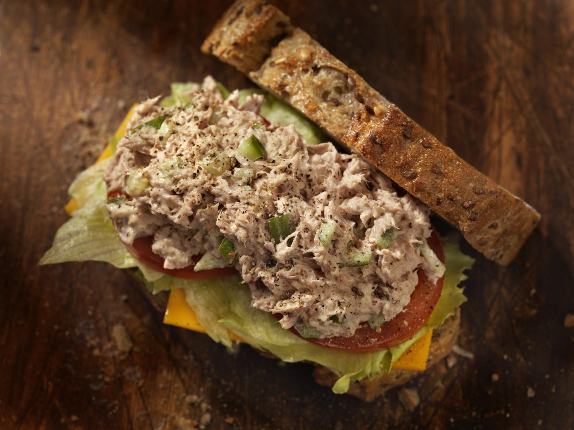 三明治上的金枪鱼沙拉配番茄、生菜和奶酪。