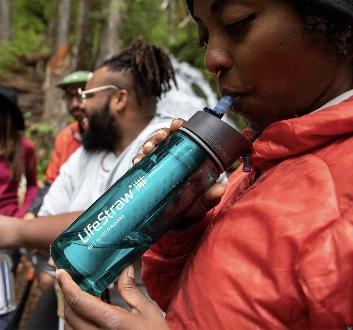 一个人从一个生命的瓶子里喝水