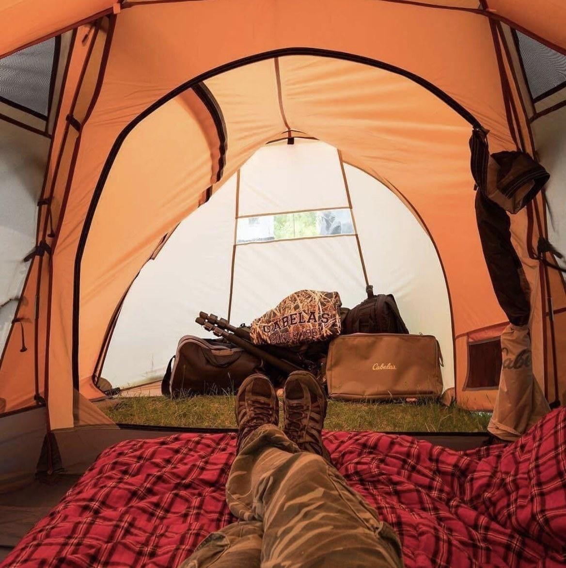 铺设在帐篷里的婴儿床的人