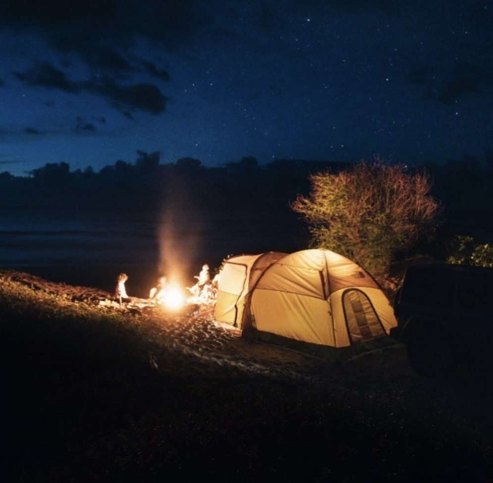 晚上在荒野中的帐篷
