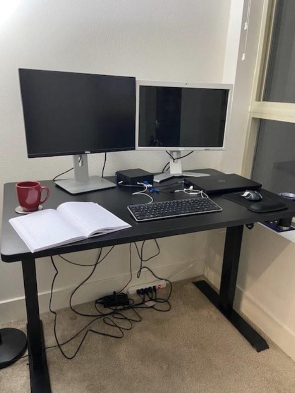 一位评论员在展示他们总公司的办公桌