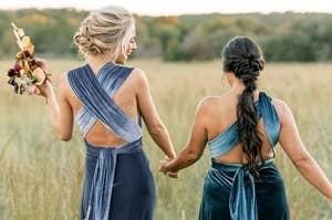 模特们穿着蓝色天鹅绒露背连衣裙