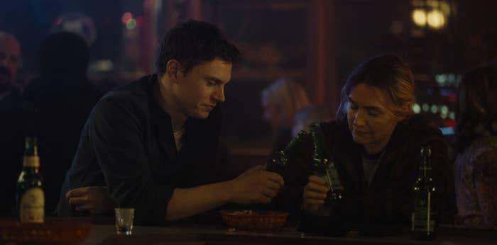 埃文·彼得斯和凯特·温斯莱特在酒吧敬酒