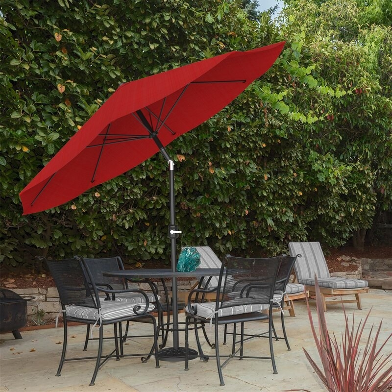 A large market umbrella with a polyester canopy that can be tilted and opened thanks to a crank lift
