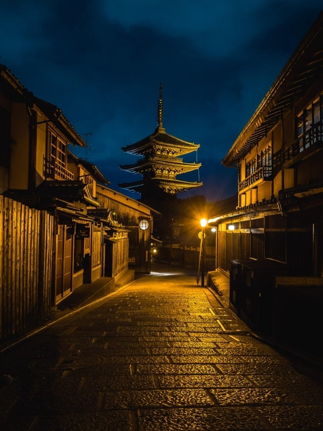 An empty alleyway in Kyoto at night.