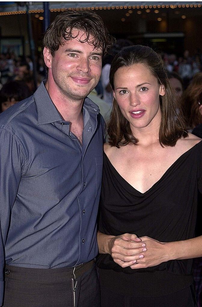Scott Foley and Jennifer Garner looking sweaty on the red carpet