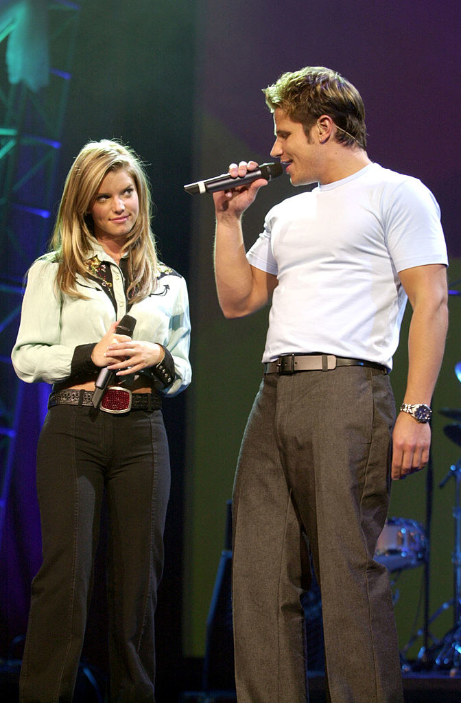 Jessica Simpson and Nick Lachey singing with each other