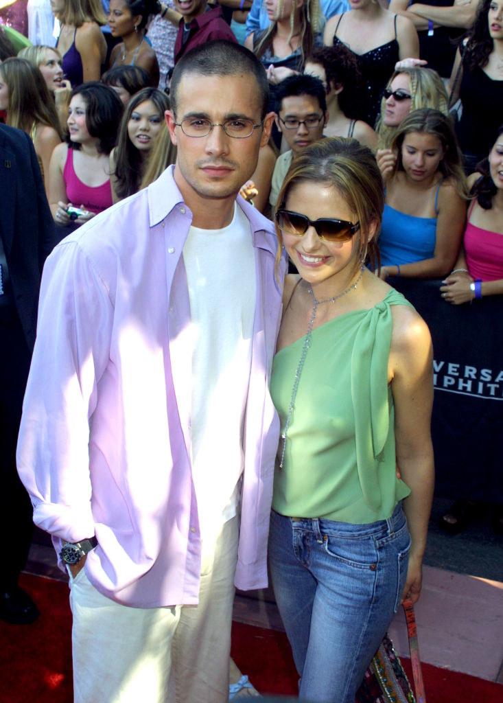 Freddie Prinze Jr. and Sarah Michelle Gellar in 90s attire