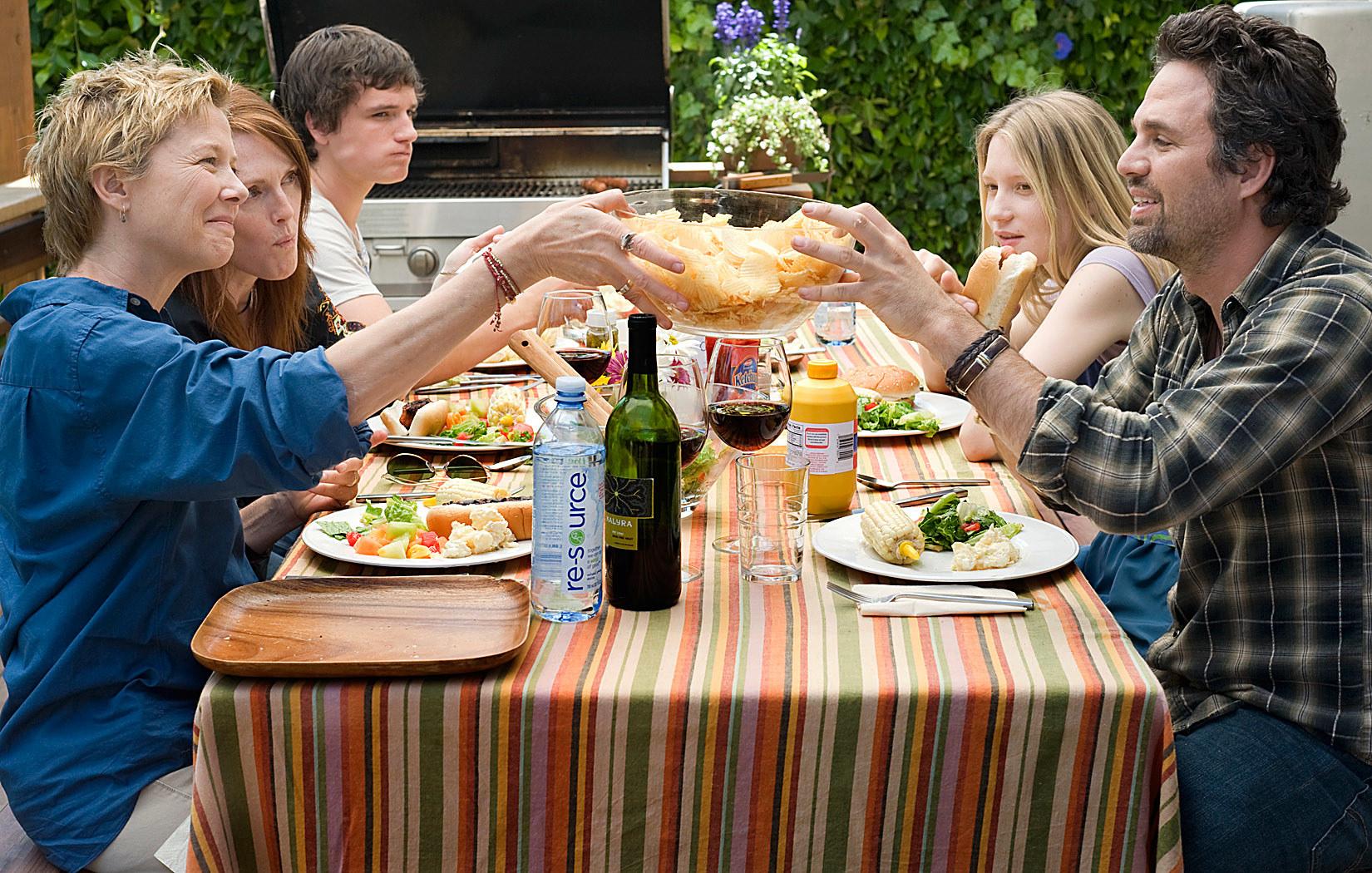 Annette Bening, Julianne Moore, Josh Hutcherson, Mia Wasikowska, Mark Ruffalo at a table