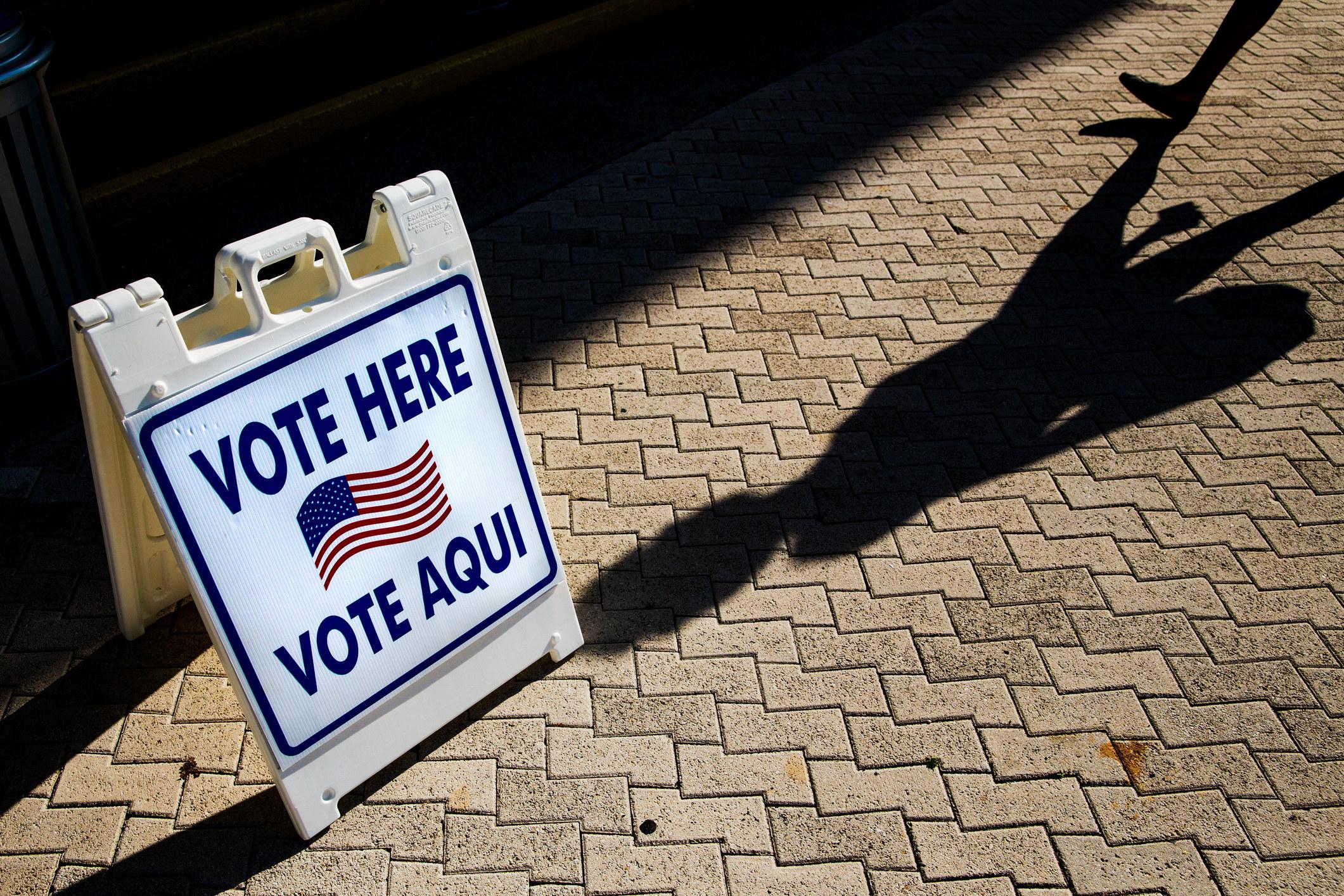 """A """"Vote Here/Vote Aqui"""" sign"""