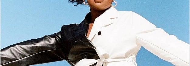 模特穿着半黑半白的风衣