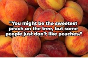 一桶充满了桃子,文字覆盖阅读,