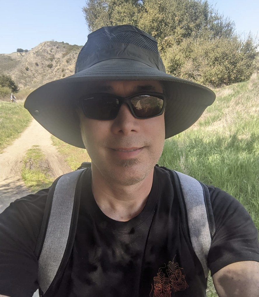 reviewer wearing the sun hat in green