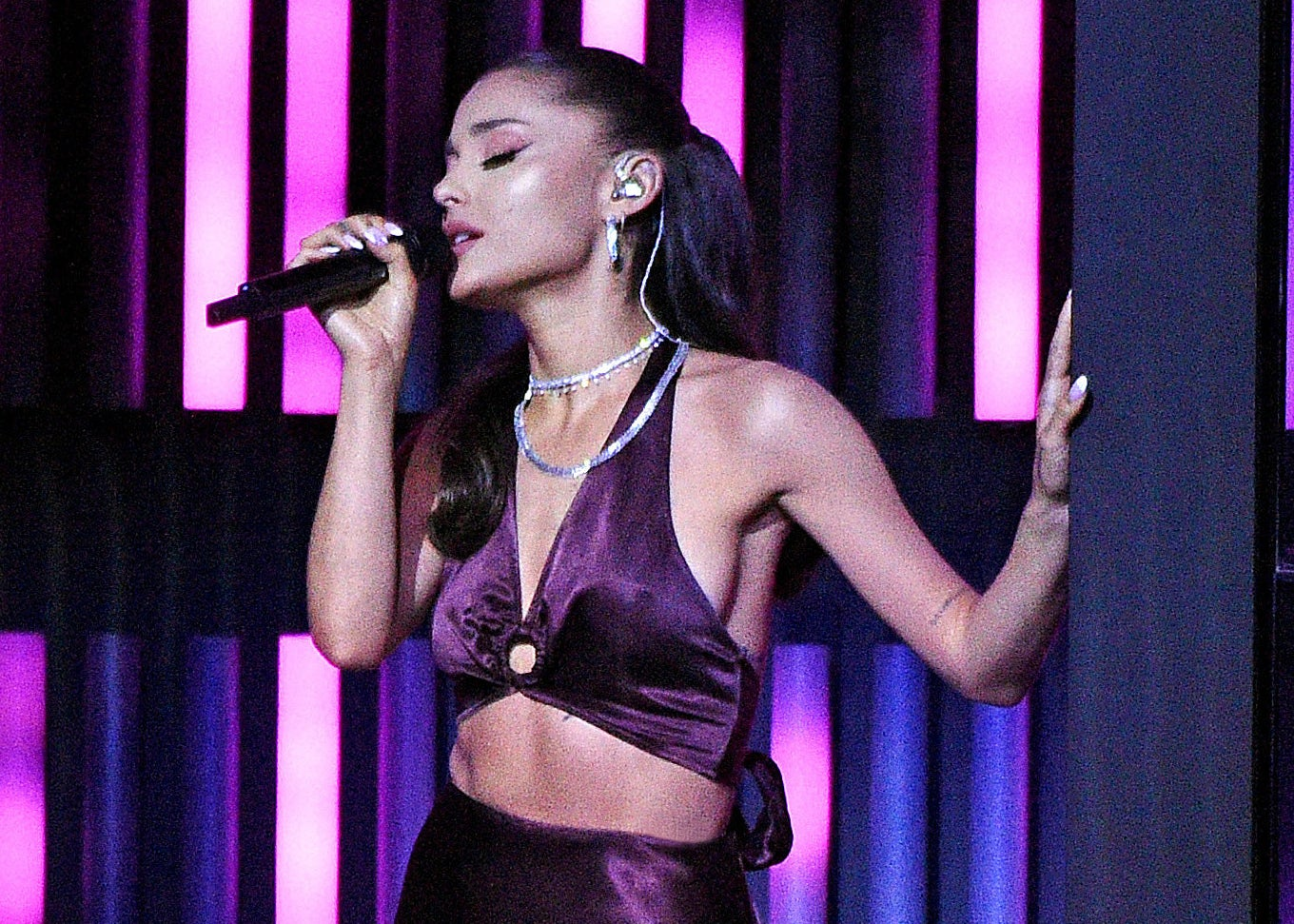 Ariana performs with no tattoos in sight