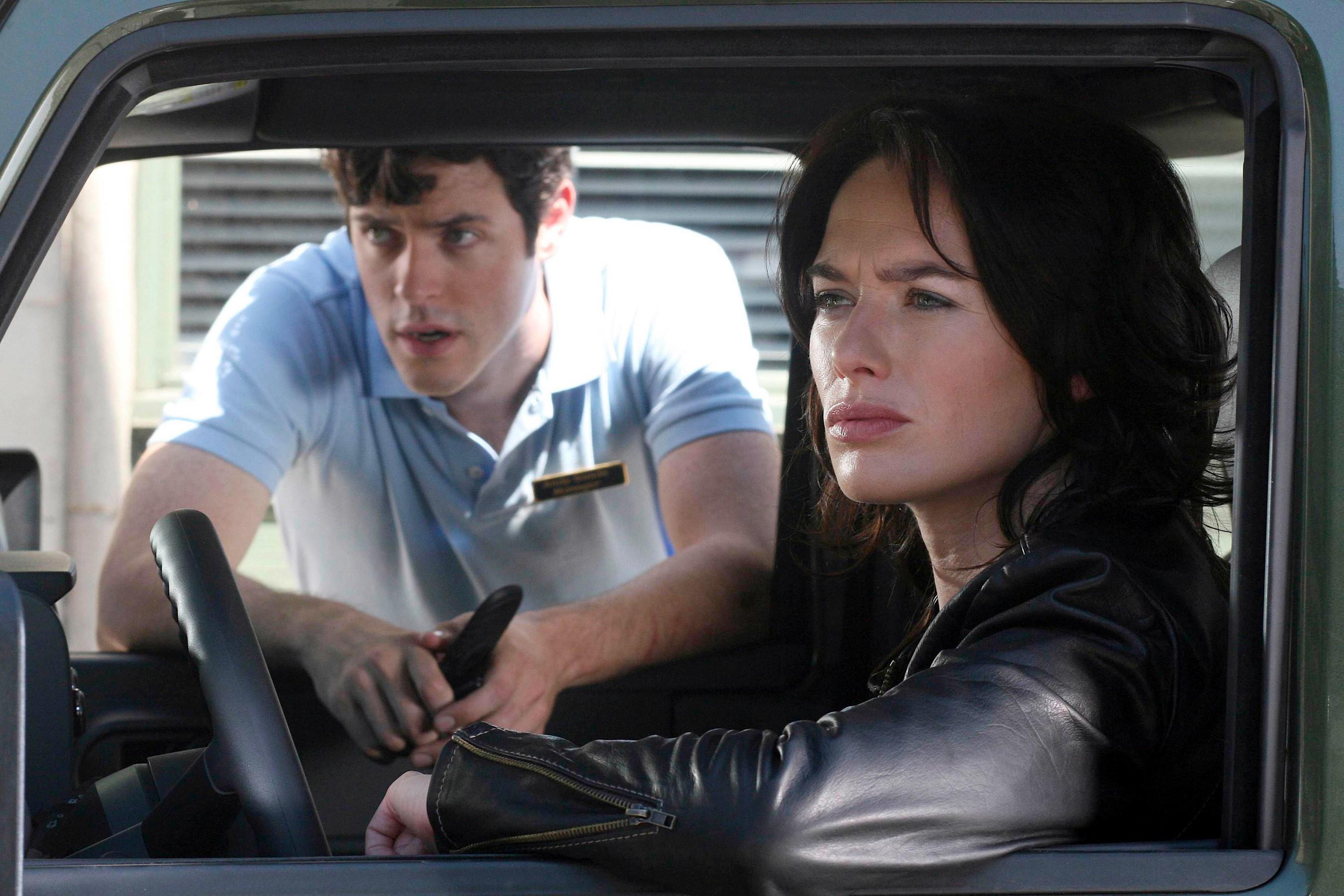 """Lena坐在终结者的场景中坐在一辆车里""""class="""