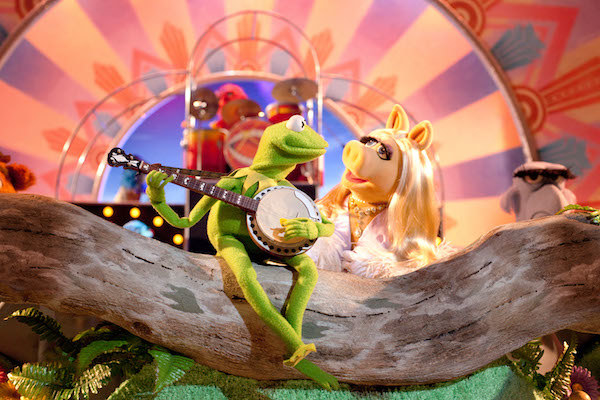 Kermit the Frog and Miss Piggy singing a song together.