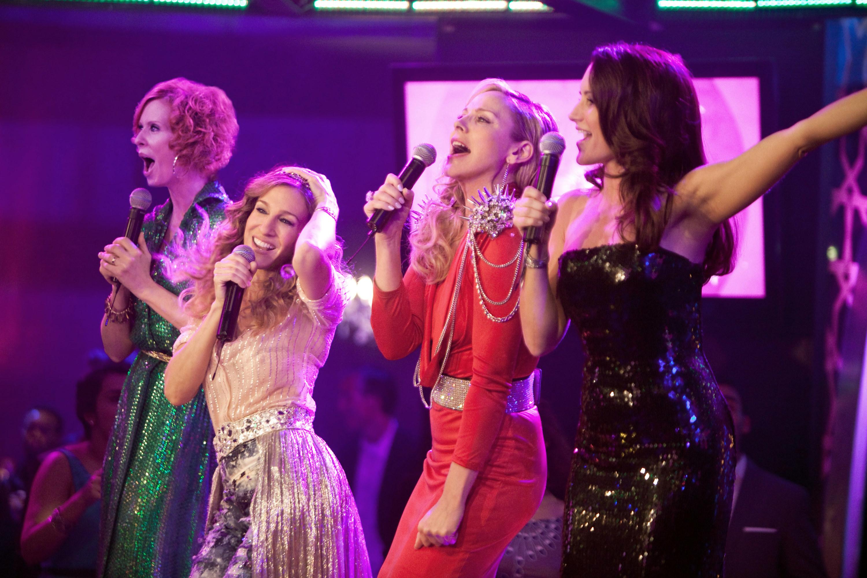 "Cynthia Nixon, Sarah Jessica Parker, Kim Cattrall, Kristin Davis sing karaoke on set of ""Sex And The City"" 2"