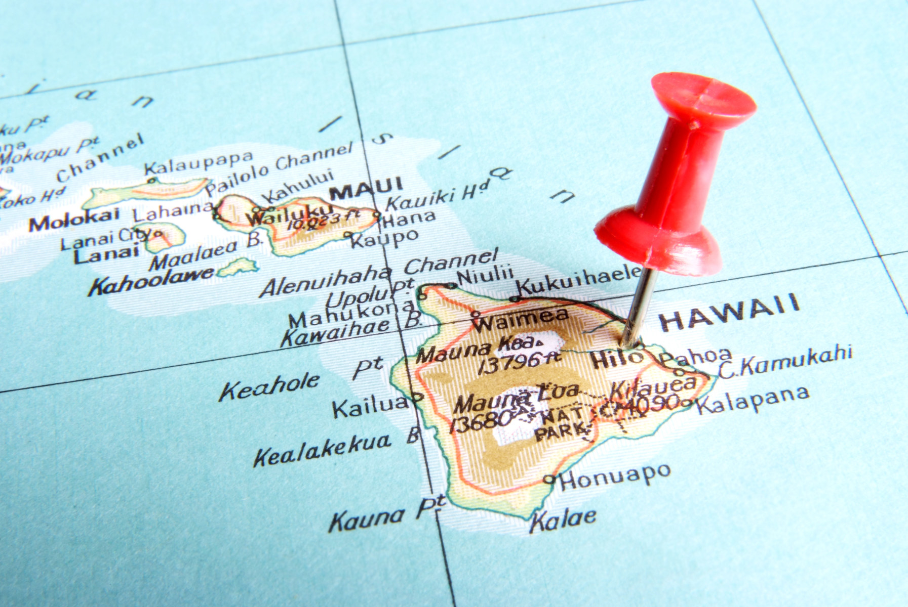 Close-up of Hawaii on a map with a red pushpin close to Hilo on the big island