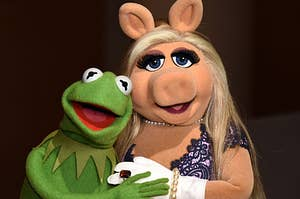 Kermit the frog and miss piggy hugging