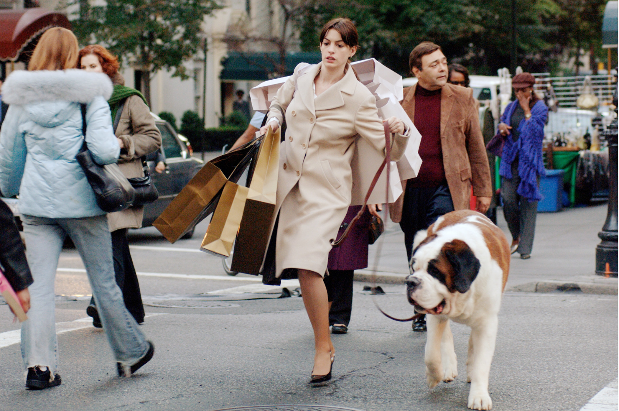 """Anne Hathway walks a big dog and carries an absurd number of bags on set of """"The Devil Wears Prada"""""""