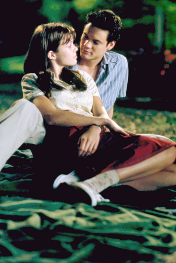 Mandy Moore sits on the beach with Shane West in A Walk to Remember