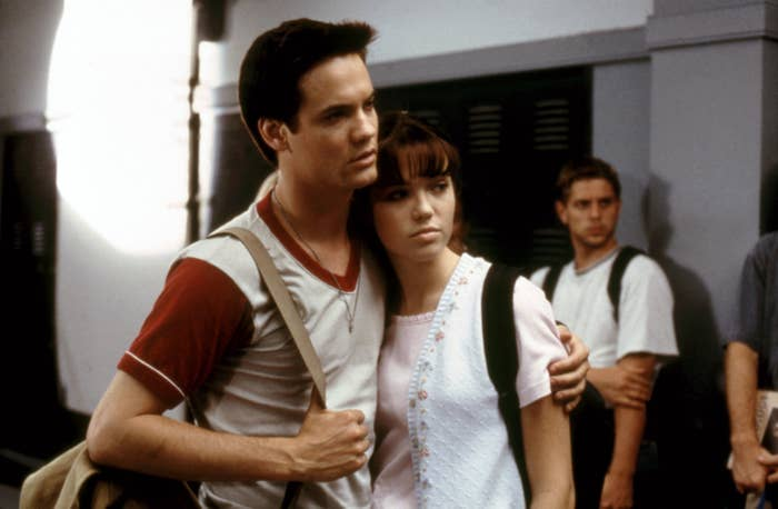 Shane West puts his arm around Mandy Moore in A Walk to Remember